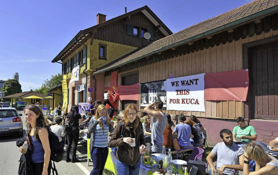 Bunte Besetzergruppe: PH-Studierende h...e des Bahnhofs Littenweiler okkupiert.  | Foto: michael bamberger