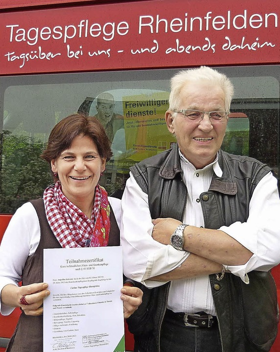 Ein Zertifikat bescheinigt Angelika Sc... am Kurs bei der Caritas Tagespflege.   | Foto: Claudia Gempp