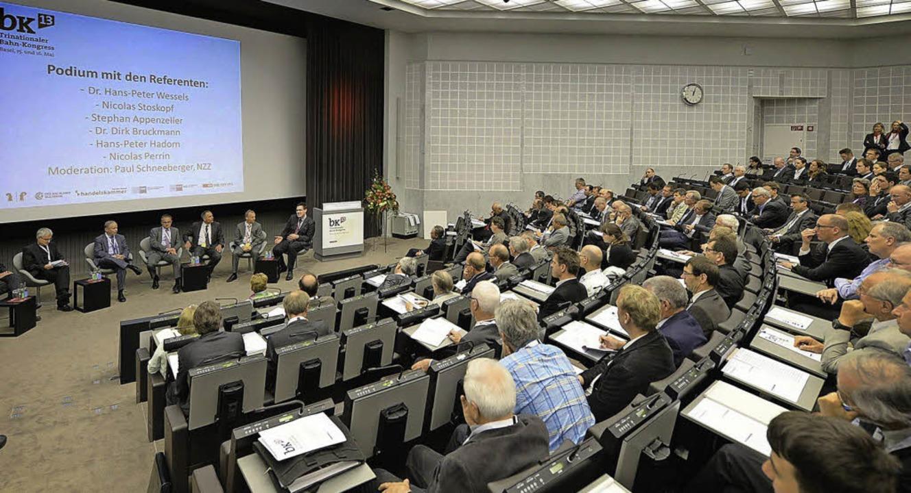 Mehr als 200 Interessierte verfolgten ...kt des trinationalen Bahn-Kongresses.   | Foto: Dominik Pluess