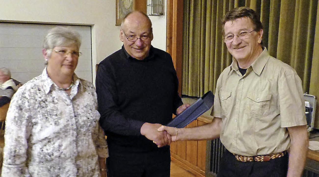 Dem scheidenden Vorstandsmitglied des ..., links Sekretärin Verena Grimmeisen.   | Foto: Vera Winter
