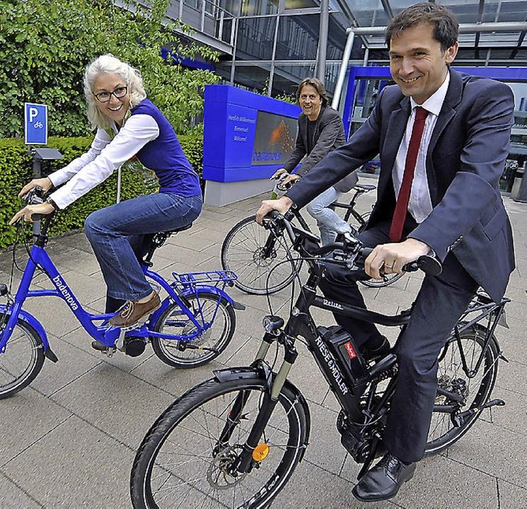 Fahrradspaß bei Badenova: Daniela Ullr...watte) testen mögliche Dienst-E-Bikes.  | Foto: Michael Bamberger