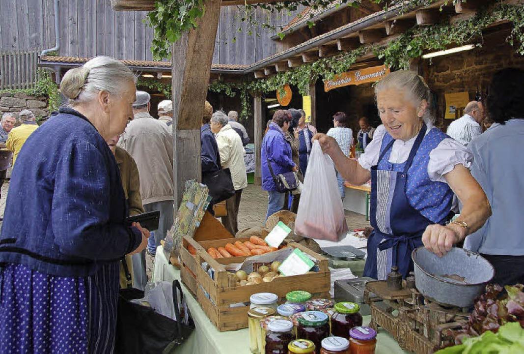 Der Bauernmarkt in Freiamt ist mehr al...ngspunkt wurde er auch für Touristen.     Foto: Pia Grättinger