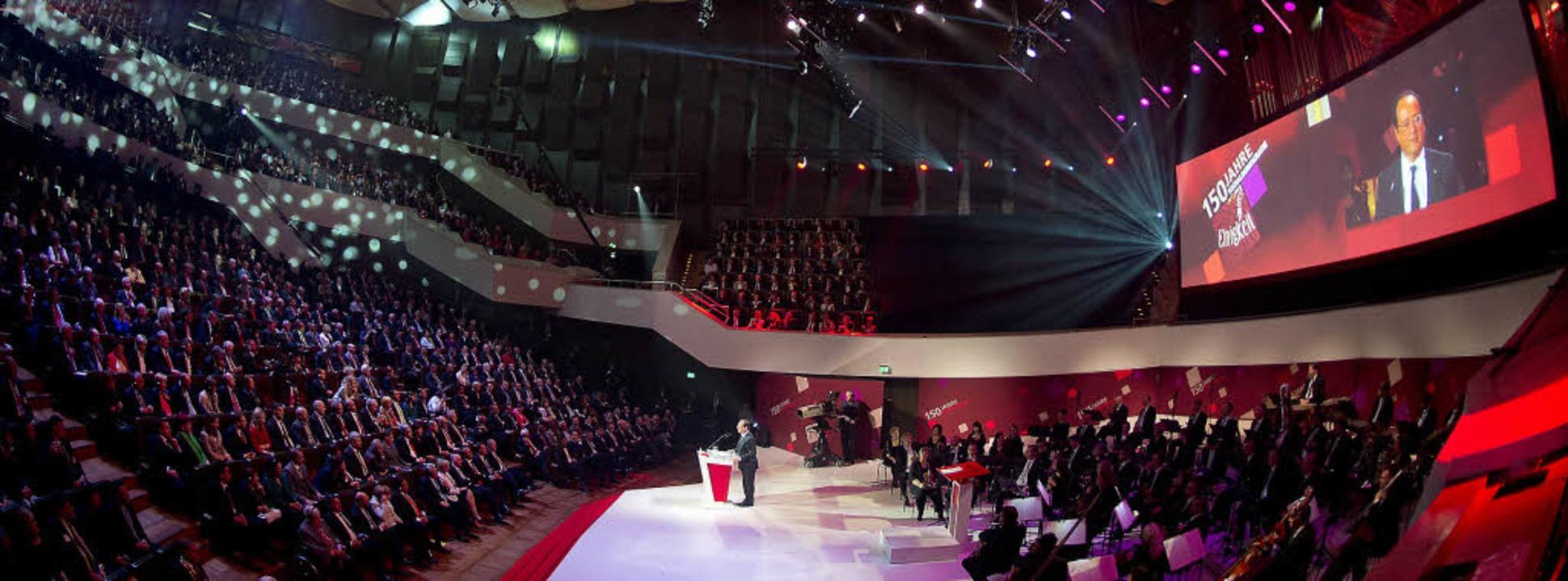1600 Gäste feierten im Gewandhaus (unt...ankreichs Präsident François Hollande.  | Foto: dpa/AFP