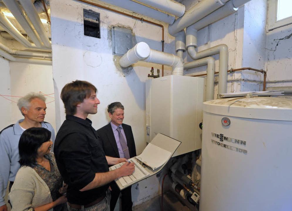 Technischer Check im Keller: Christian...ten als erstes die alte Heizungsanlage  | Foto: Michael Bamberger