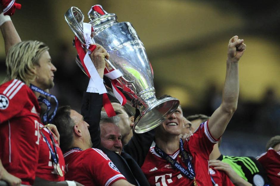 Jupp Heynckes stemmt den Pokal in die Höhe (Foto: AFP)