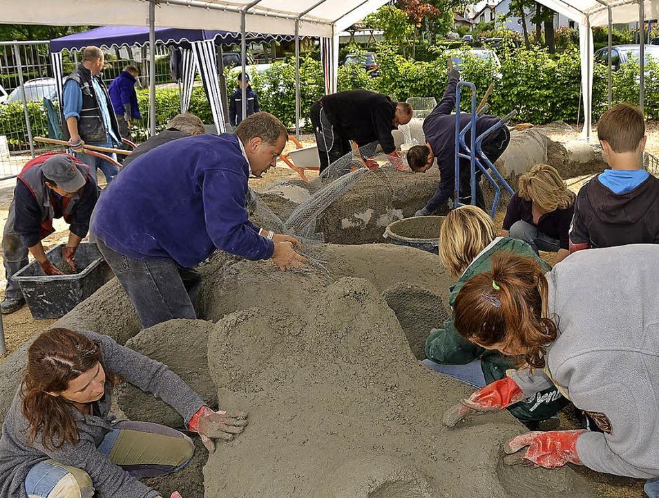Zu den vielen Gestaltern, die mitgehol... sich  Bürgermeister Jürgen Scheiding.  | Foto: Roland Vitt