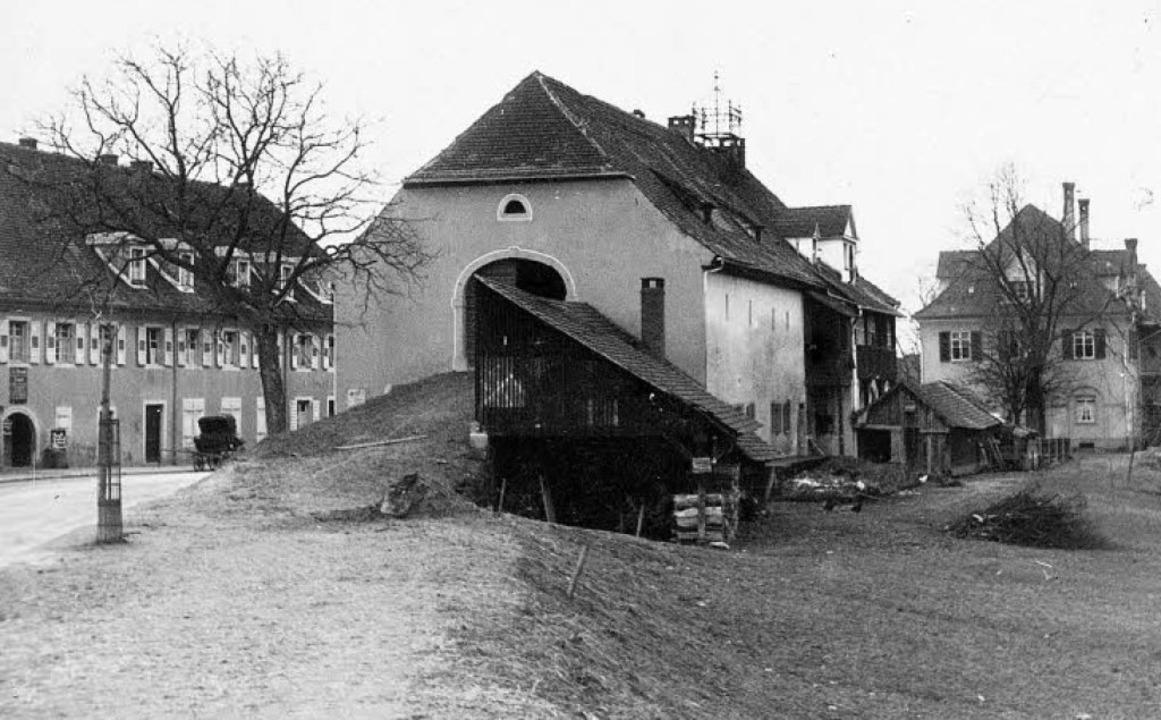 Alte Ansichten: Das Gasthaus Schiff (l...de (Mitte), das 1969 abgerissen wurde.  | Foto: Stadtarchiv