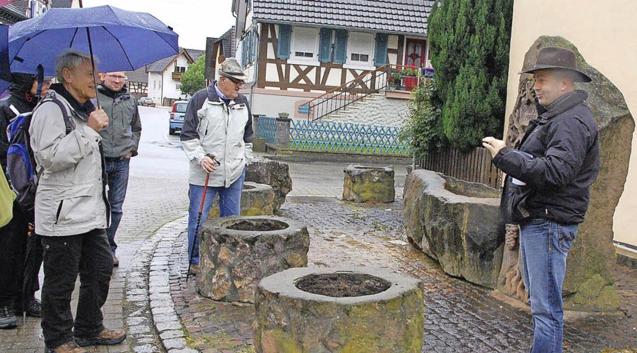 Statt durchs Gelände führte Ralf Oberg...s  zu historischen Orten der Gemeinde.    Foto: Schimanski