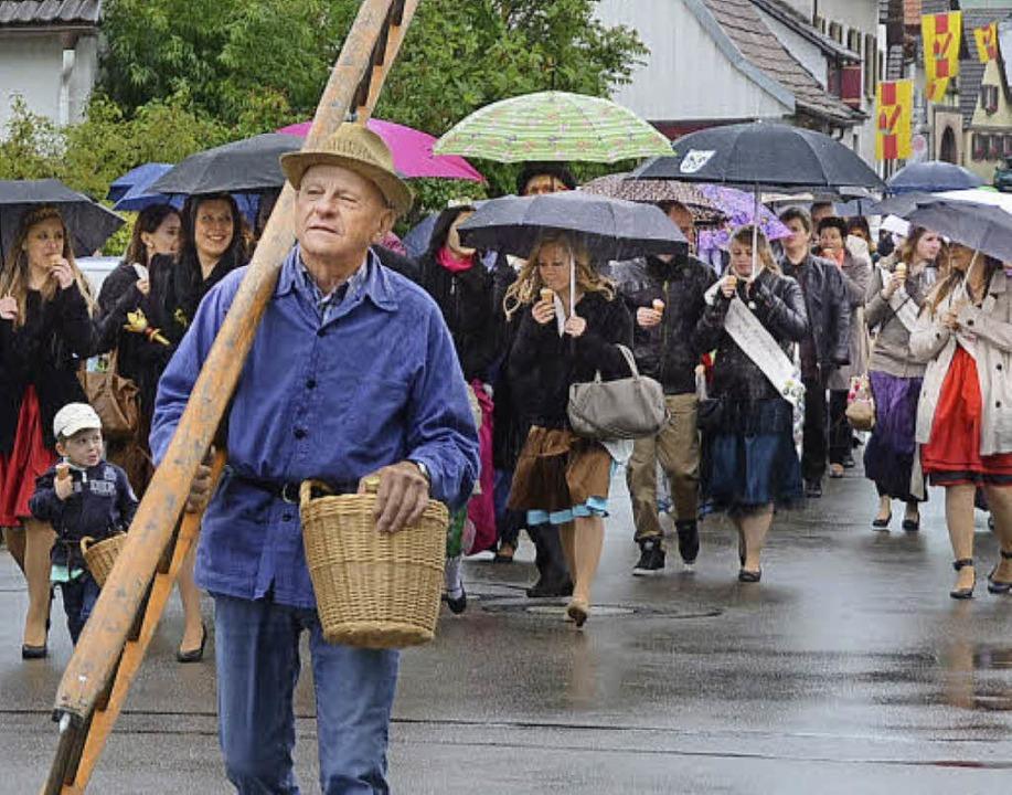 Trotz  Regens herrschte gute Laune beim Festzug.    Foto: Roland Vitt