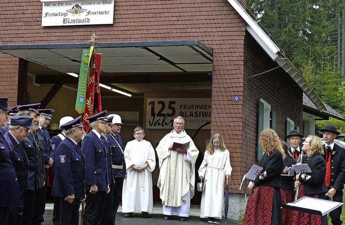 Segen für das sanierte Feuerwehrhaus i...iwald sprach Pfarrer Eugen Storm aus.   | Foto: Ute Aschendorf