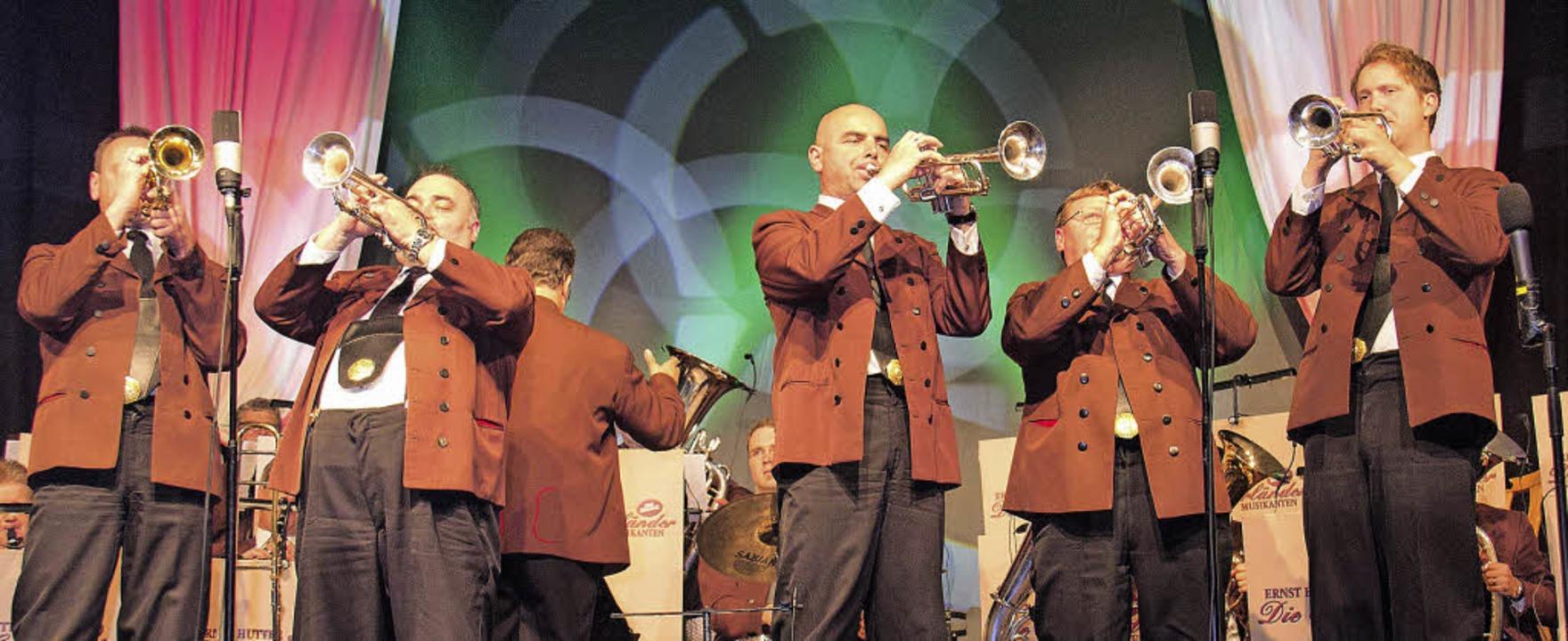 Rund 1200 Konzertbesucher im Festzelt ... Hutter und den Egerländern begeistert    Foto: Wilfried Dieckmann