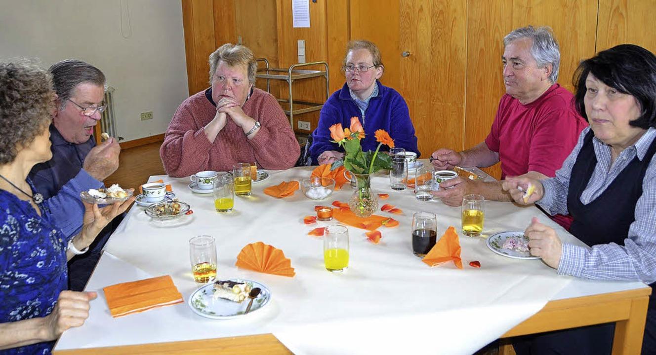 Beim Treff im Gemeindehaus von St. Peter und Paul muss niemand alleine essen.    Foto: Steineck
