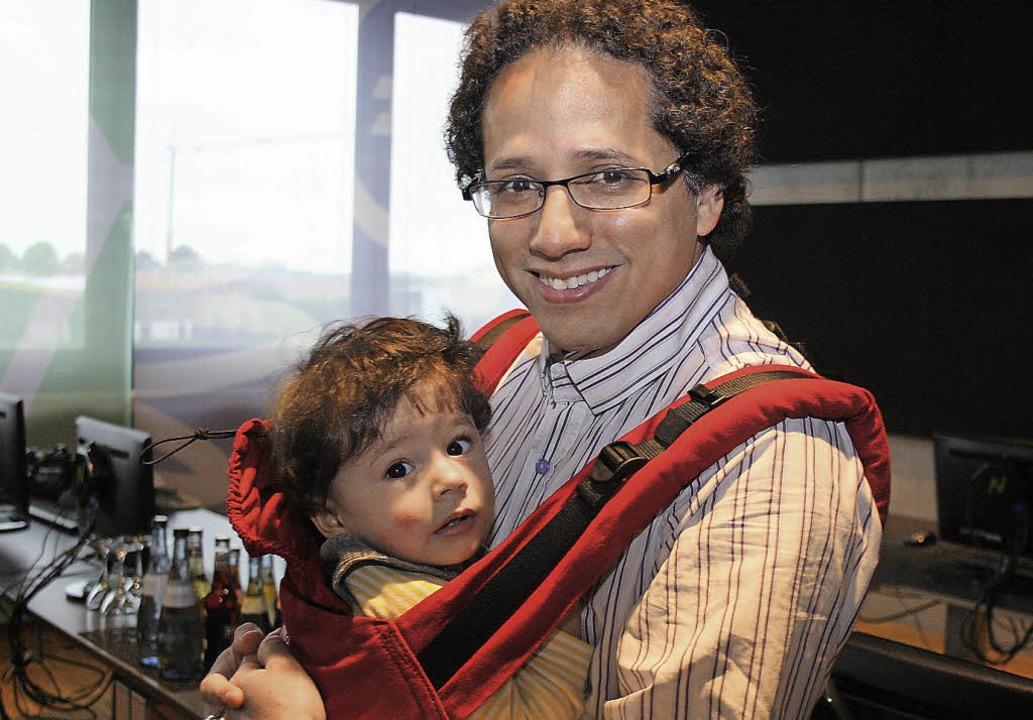 Krishnasol Jiminez (mit seinem neun Mo...ksommer auf einer Stradivari-Gitarre.   | Foto: theo weber