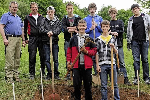 Fleißige Firmlinge gärtnern und graben