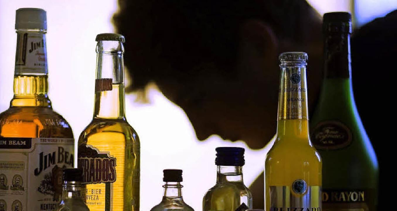 Jahrzehnte lang dominierte Alkohol das...ute ist er seit  fünf Jahren trocken.     Foto: dpa