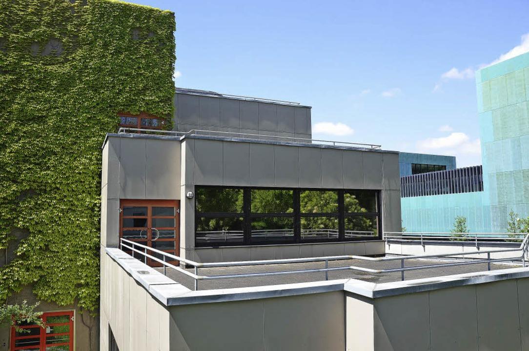 Hebel-Gymnasium: Auf der Terrasse wird...enen Treppenhausturm angebaut werden.     Foto: Nikolaus Trenz