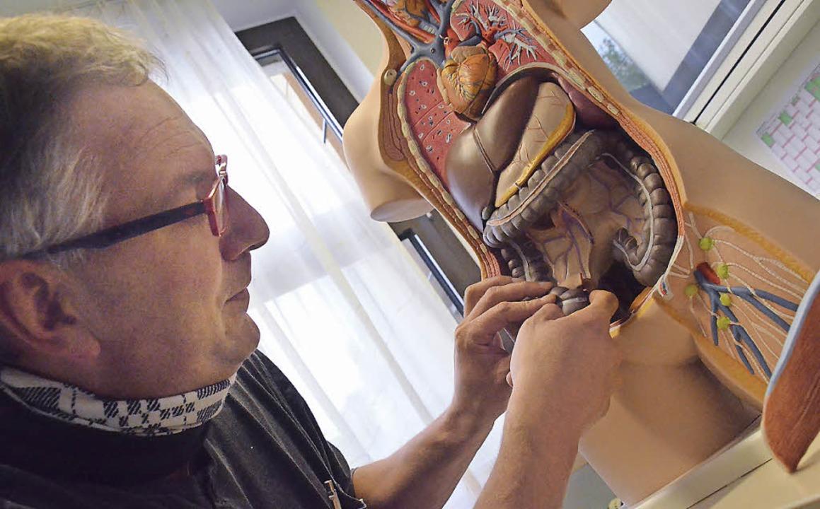 Dr. Tobias Berberich erläutert Erkrankungen des Darms  | Foto: Ruda