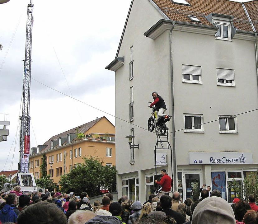 Auf dem Weg nach oben: Bestaunt von de...e Hochseilartistik der Traberfamilie.   | Foto: Roman Kiener