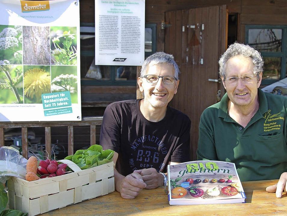 "Peter Berg (rechts) und Fotograf Jürge...tnern  – Der Grundkurs""  .    Foto: Herbert Frey"
