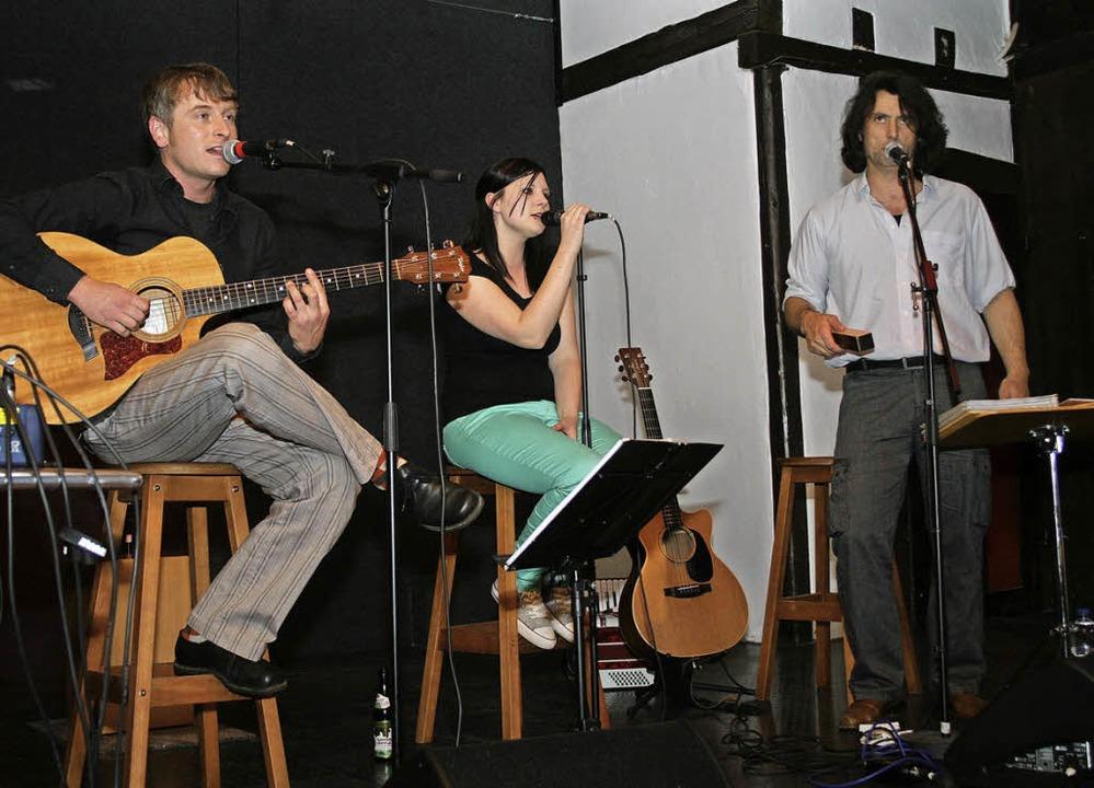 Spielte im Café:  das Trio Schwereleic...esch und  Texter Ralf Eichkorn (v.l.)   | Foto: Timo Jehle