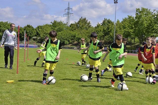65 Kinder trainieren mit Jugendcoaches von Borussia Dortmund