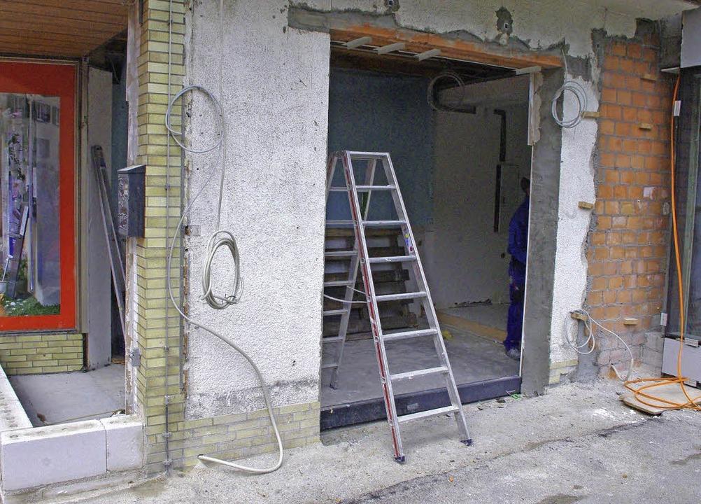Der Eingang wird an die Seite des Vorb...n Schaufenster sind bereits eingebaut.    Foto: Rolf Reißmann