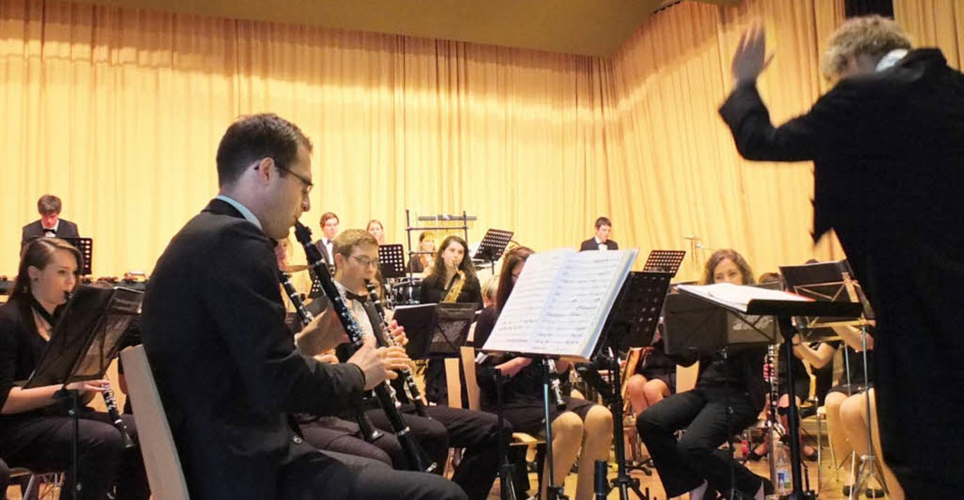 Dirigent Julian Gibbons probte mit den...onnte man hören. Jeder Einsatz passte.    Foto: Johannes Wasmer
