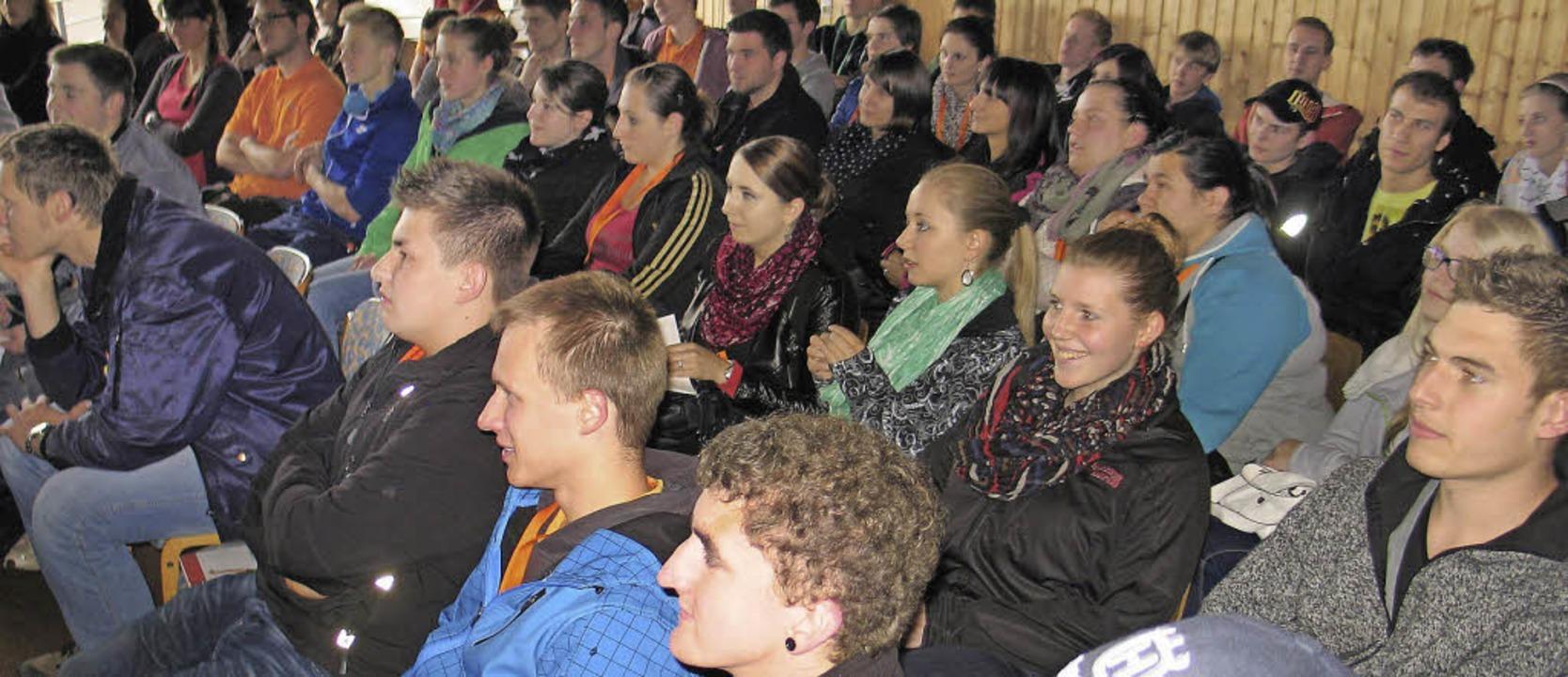 Auszubildende beim Azubi-Tag des IOW, der im Bundesleistungszentrum stattfand.     Foto: Michaela Renz