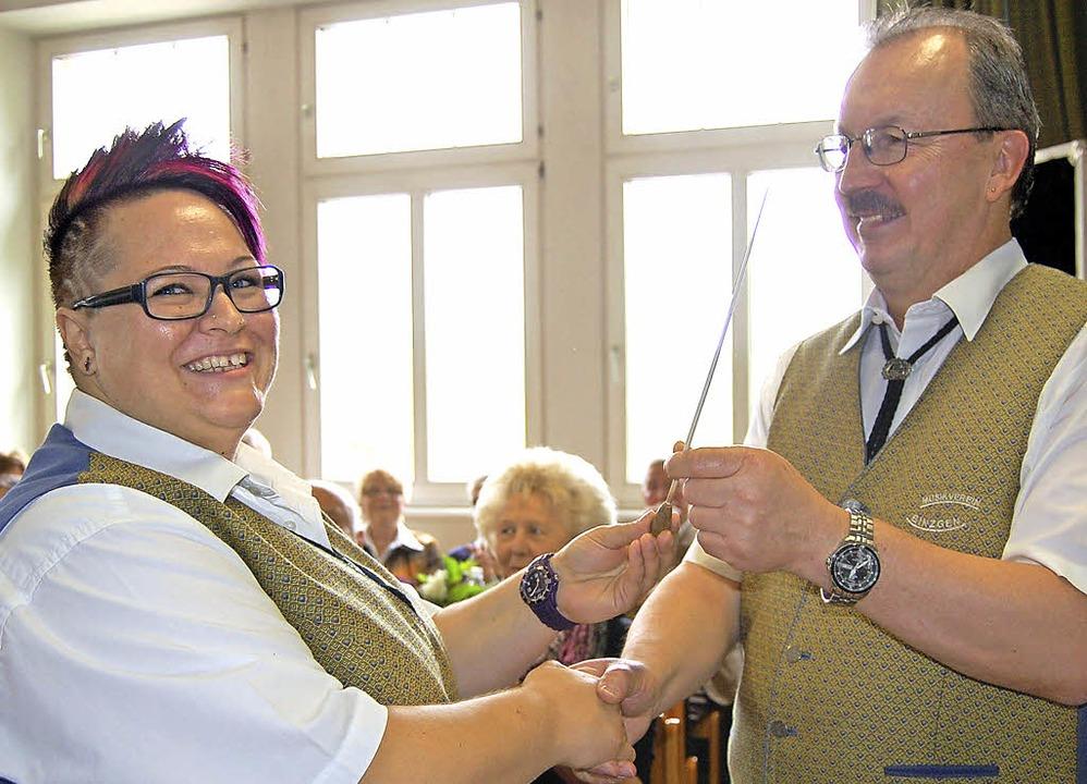 Stabwechsel beim Musikverein Binzgen: ...) den Taktstock an  Nicole Eilers.        Foto: Melanie Dramac
