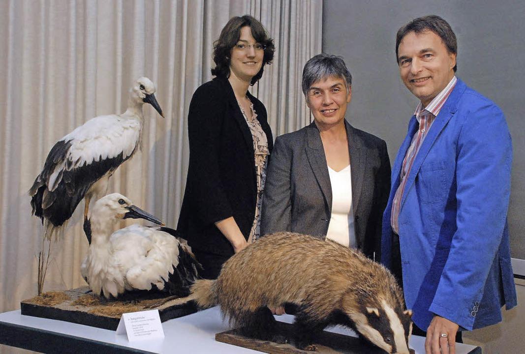 Johanna Prinz (links), zusammen mit Anne Junk und Musseumsleiter Wolfgang Gall   | Foto: gertrude siefke