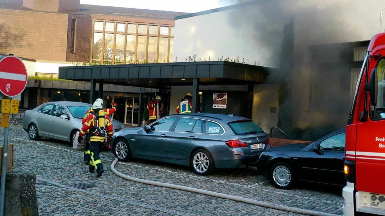 Schwarz Rauch quoll aus der Tiefgarage des Hotels am Münster.  | Foto: Kamera24tv. Martin Ganz