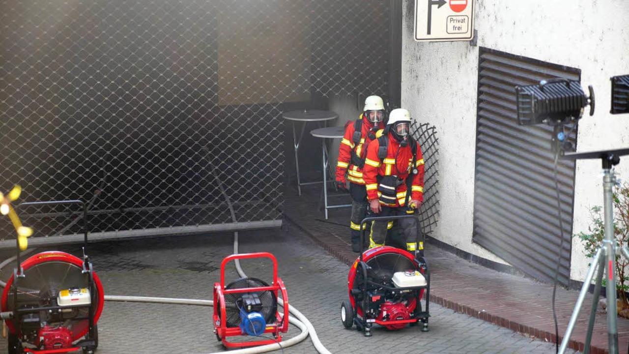 Die Feuerwehr Breisach setzte Lüfter e... Rauch aus der Tiefgarage zu bekommen.  | Foto: Kamera24tv. Martin Ganz