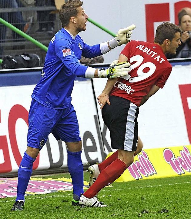 Tim Albutat  mit Torwart Oliver Baumann beim Spiel in Fürth  | Foto: meinrad schön