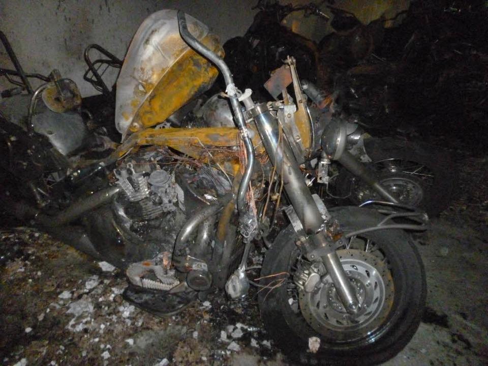 Nur noch Schrott: Die in der Tiefgarage verbrannten Motorräder  | Foto: privat