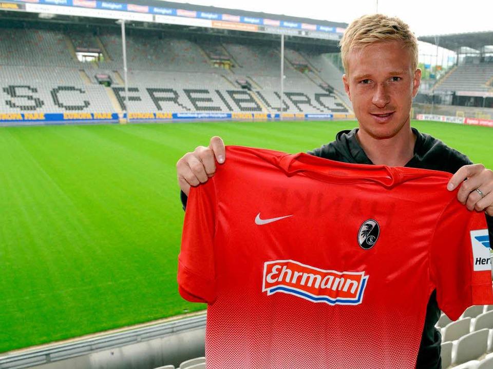 Mike Hanke wird in der kommenden Saison für den SC Freiburg auflaufen.  | Foto: dpa