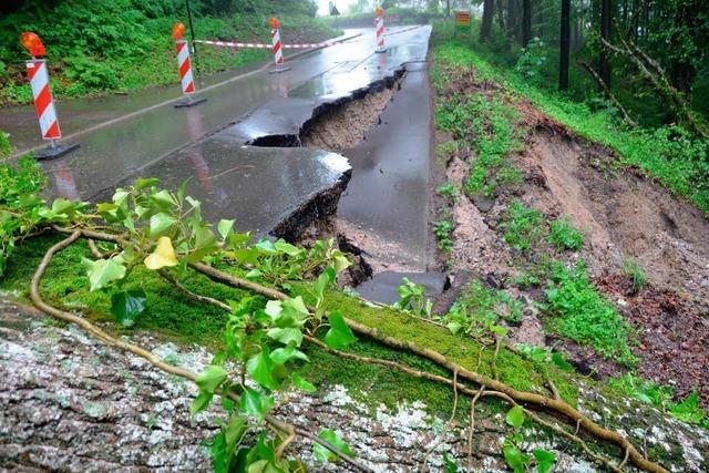 Erdrutsch reißt Straße bei Badenweiler mit