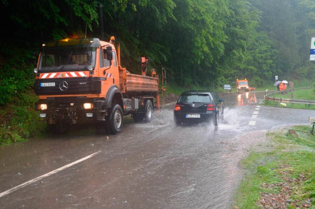 Richtung Malsburg  war die Straße überschwemmt.    Foto: Markus Maier
