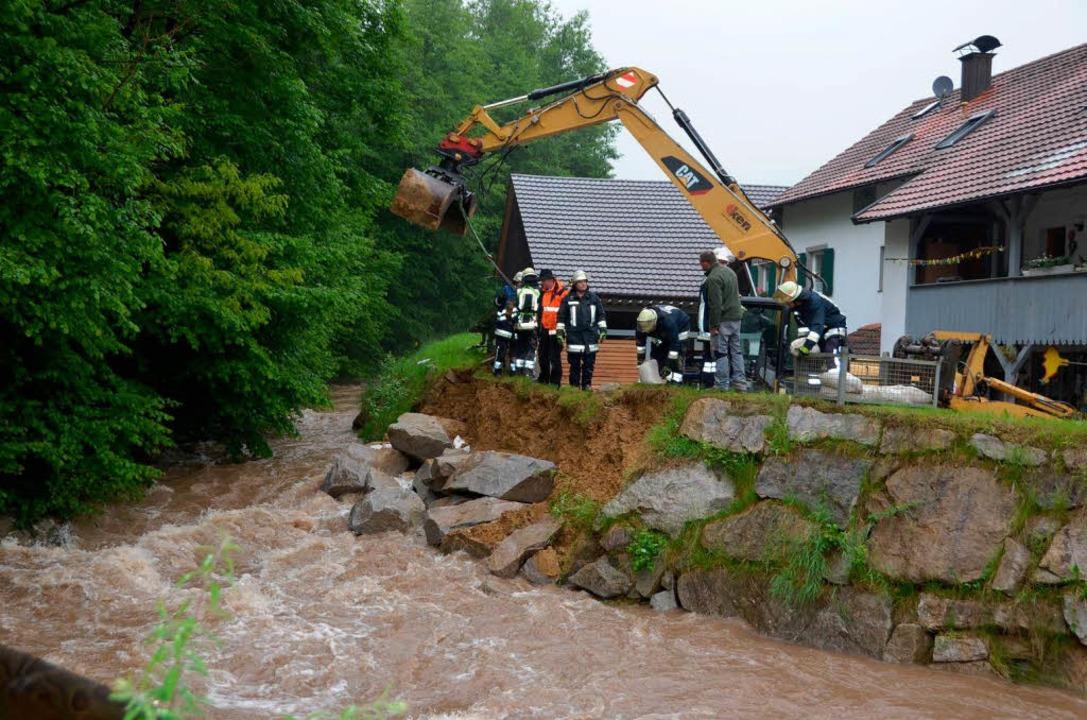 An der Kander musste in der Kanderner ... Hochwasserschutzdamm geflickt werden.    Foto: Markus Maier