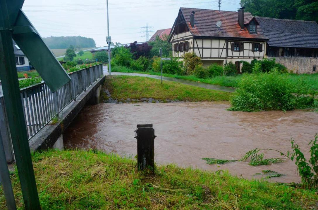 An der Kante : Bei Hammerstein überflutete die Kander den Pegelanzeiger.  | Foto: Markus Maier