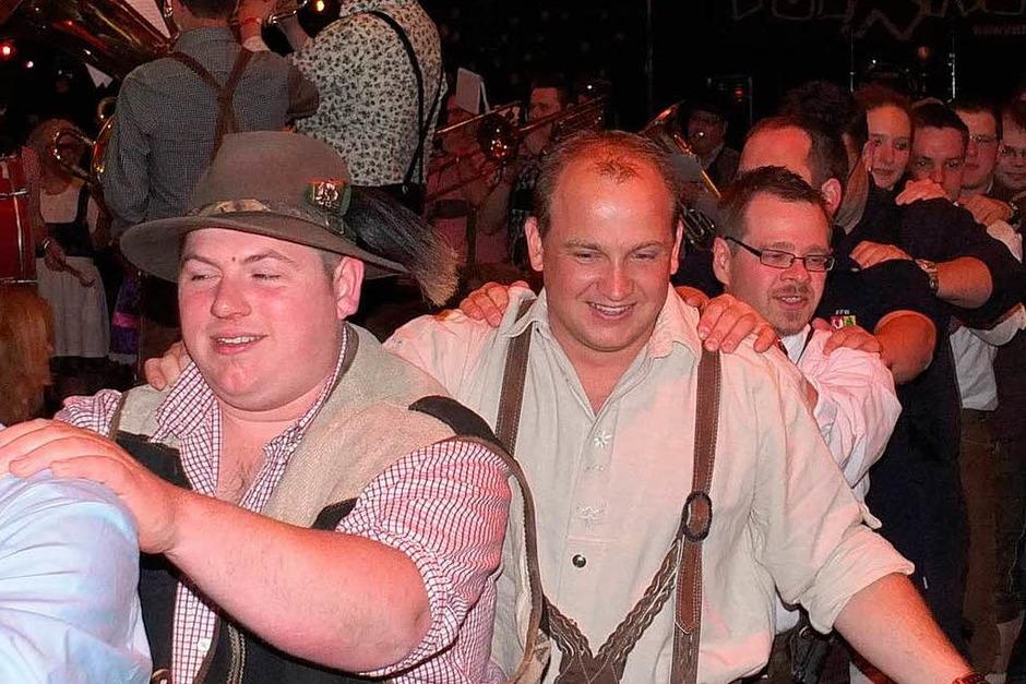 """Ob Polonaise durch die Halle oder Vorstellung der Dirndlträgerinnen, die zum Teil als Fans der niederländischen Blaskapelle """"Daag en  Nach"""" (rechts) mit in den Hotzenwald gekommen waren, die Stimmung war einfach genial. (Foto: Johannes Wasmer)"""