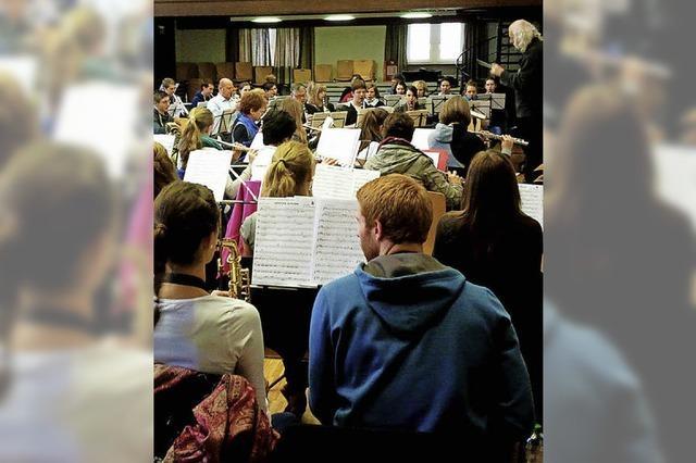 100 Musiker bilden ein gemeinsames Ensemble