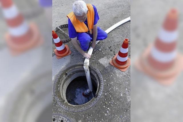 Badenova spült Trinkwasserleitung in Freiburgs Westen durch