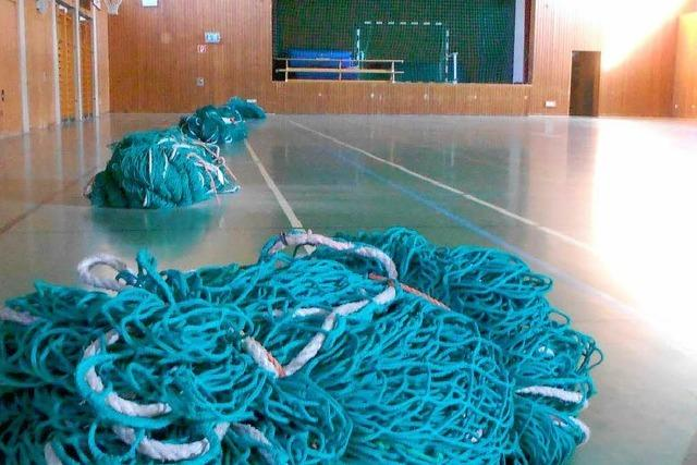 Netze sollen Deckenplatten in der Mehrzweckhalle sichern
