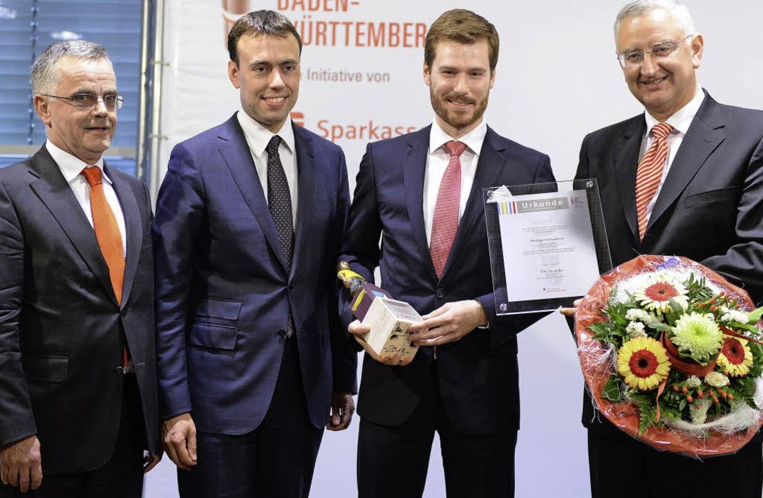 Philipp Schladerer (3. v. links) erhie...er Sparkassendirektor Herbert Lehmann.  | Foto: Sparkassenverband