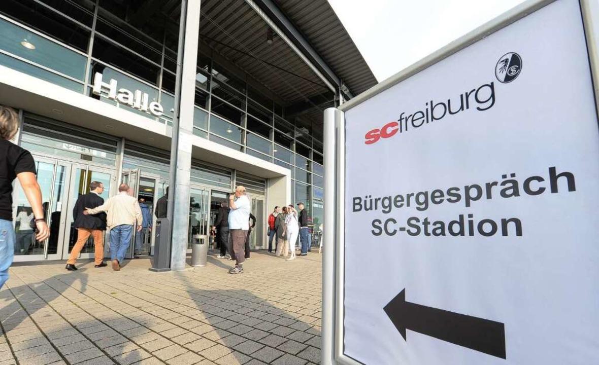 Stadiondebatte in der Messe Freiburg  | Foto: Rita Eggstein
