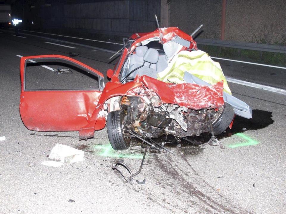 Der Unfallwagen des Geisterfahrers    Foto: dpa