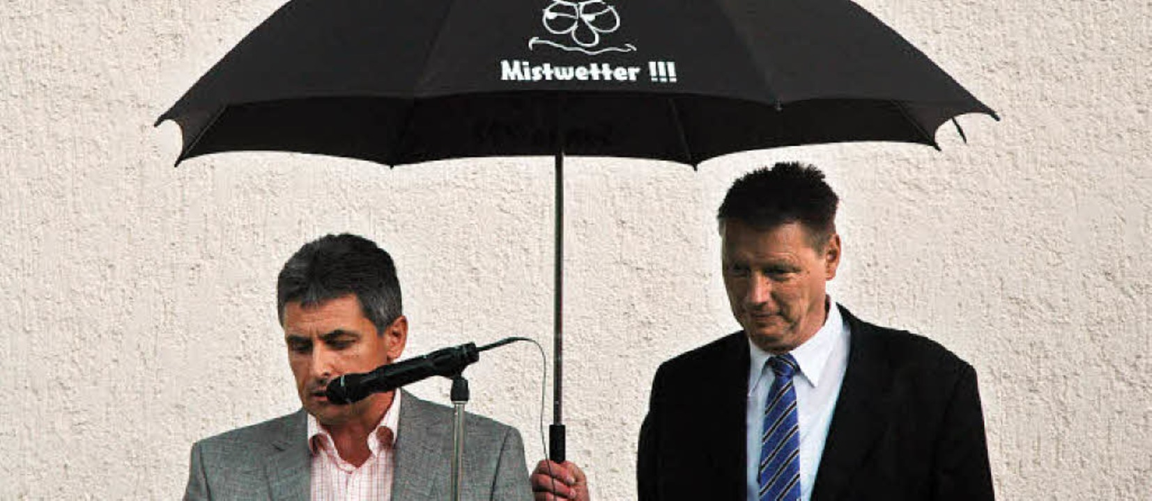 Gut beschirmt von Bürgermeister Herber...om Ingenieurbüro Tillich an die Gäste.  | Foto: Christiane Sahli