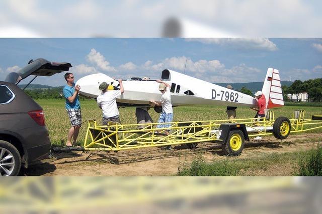 Segelflugzeug setzt im Gewerbegebiet Radackern zur Landung an