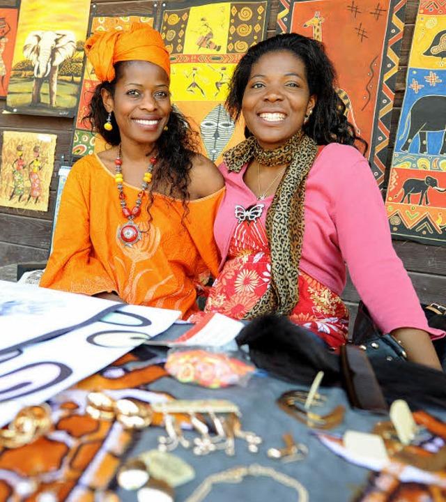 Sandra Chongo-Ambs aus Sambia (links) ...rkauften afrikanisches Kunsthandwerk.   | Foto: Rita Eggstein