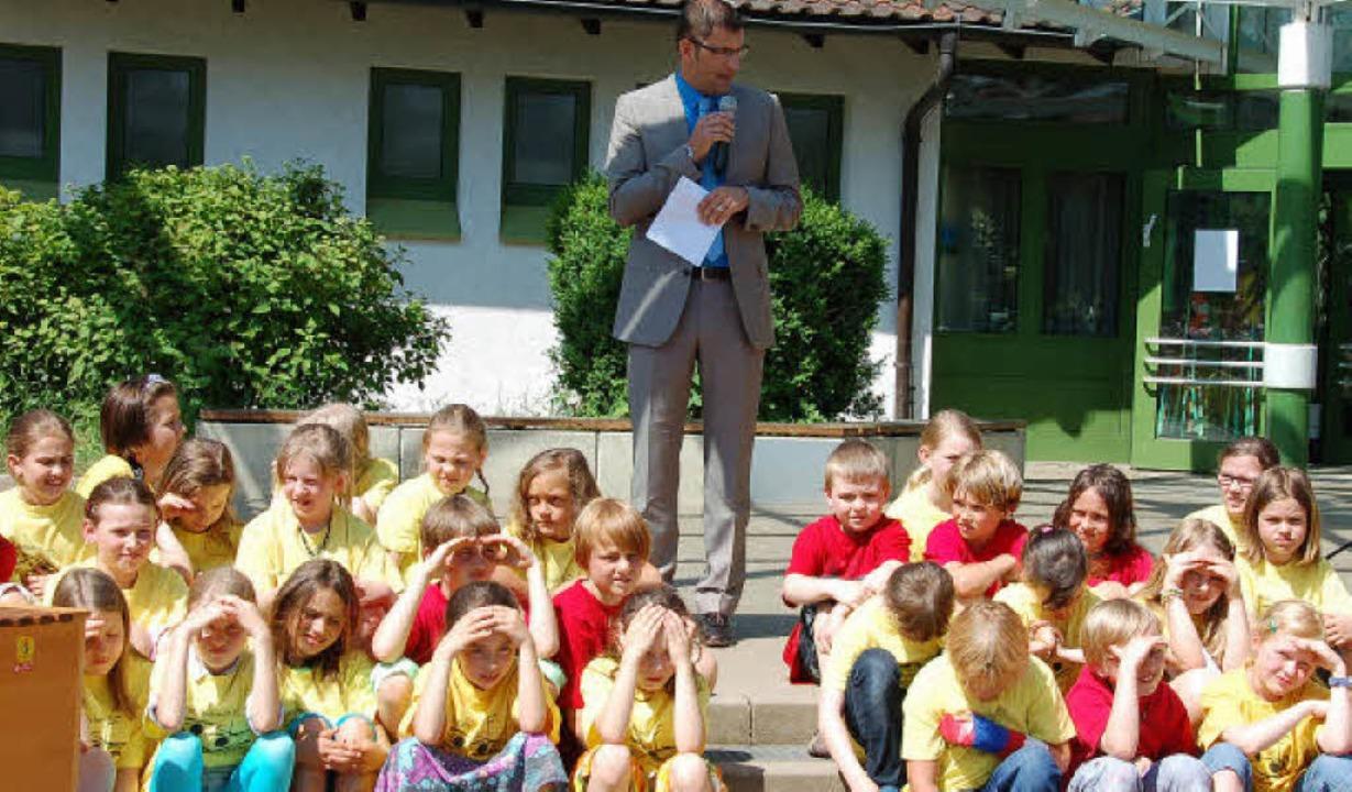 Den Vörstetter Schulkindern erzählte B...über die Geschichte ihrer Grundschule.  | Foto: Pia Grättinger